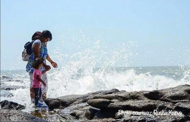 Splashing waves behind the Harihareshwar Temple